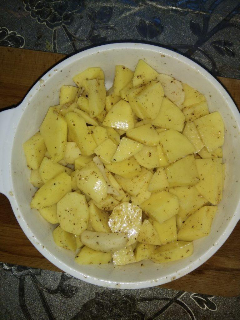 картошку смешиваем с маслом и специями
