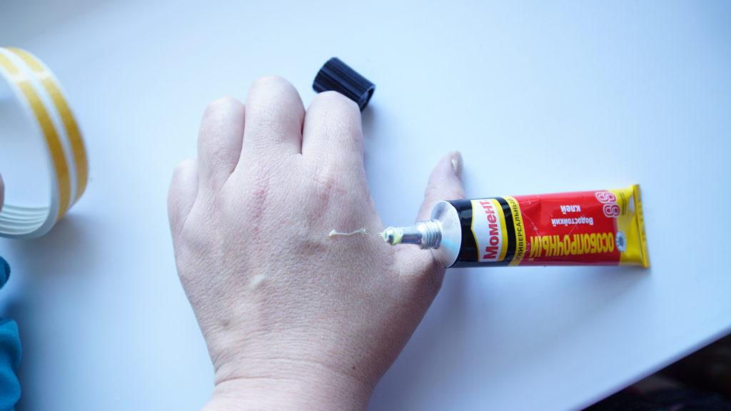 Чем оттереть суперклей с пальцев: очистка рук от засохших следов