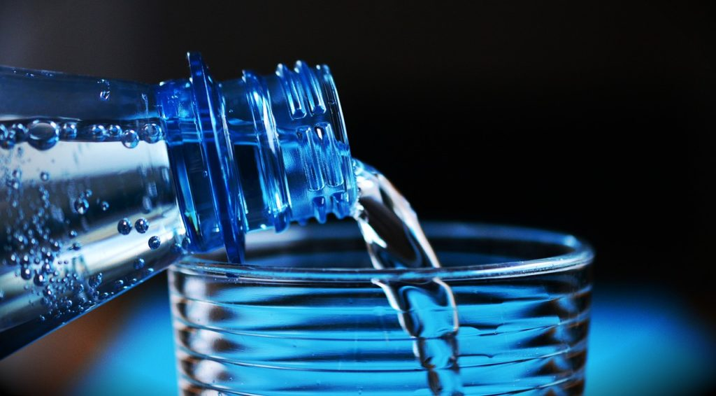 вода против клея