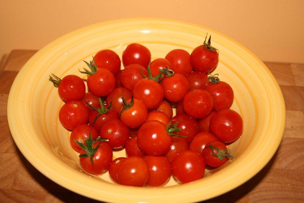 помидоры в миске