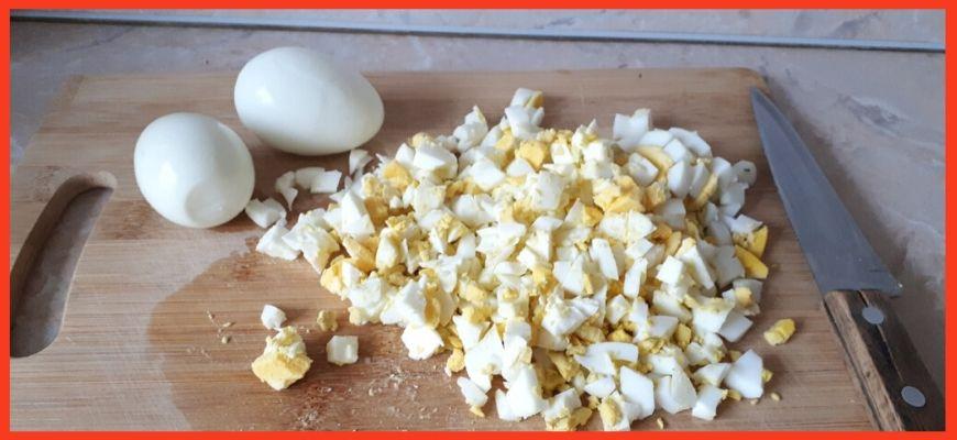 яйца нарезаем
