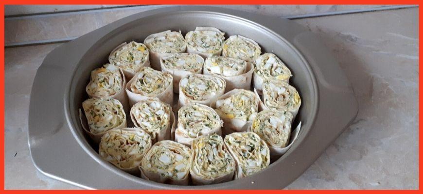 нарезанный лаваш складываем в форму для выпечки
